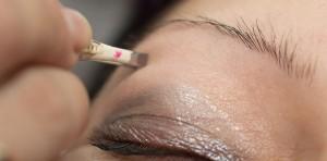 Augenbrauen richtig zupfen