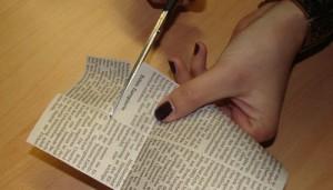 Nägel mit Zeitung gestalten Zeitung ausschneiden