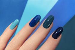 Blaue Fingernägel